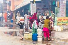 Kobieta ind zbierają wodę India, Govardhan, Listopad 2016 Zdjęcia Royalty Free