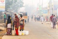 Kobieta ind zbierają wodę India, Govardhan, Listopad 2016 Fotografia Royalty Free