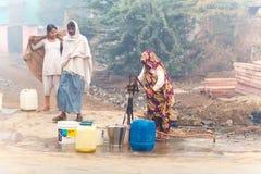 Kobieta ind zbierają wodę India, Govardhan, Listopad 2016 Zdjęcie Stock