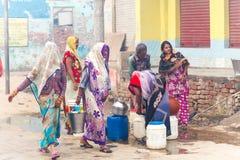 Kobieta ind zbierają wodę India, Govardhan, Listopad 2016 Obraz Royalty Free