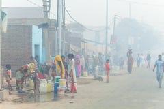 Kobieta ind zbierają wodę India, Govardhan, Listopad 2016 Obrazy Royalty Free