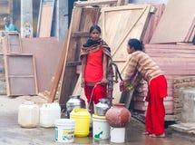 Kobieta ind zbierają wodę India, Govardhan, Listopad 2016 Fotografia Stock