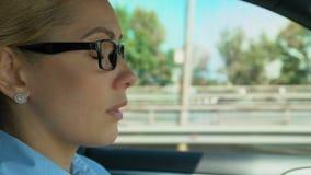 Kobieta jadąca stawia dalej szkła i zdejmuje podczas gdy, zamazany wzrok, asthenopia zbiory
