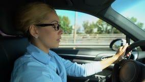 Kobieta jadąca stawia dalej szkła podczas gdy, zamazany wzrok i ryzyko wypadek samochodowy zbiory wideo
