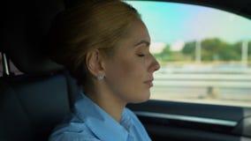 Kobieta jadąca zdejmuje szkła podczas gdy, zamazany wzrok i ryzyko wypadek samochodowy zdjęcie wideo