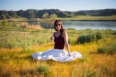 Kobieta jak czarodziejka na magicznym polu blisko rzeki Młody woma obrazy stock