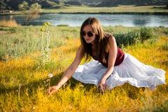 Kobieta jak czarodziejka na magicznym polu blisko rzeki Młody woma Zdjęcie Stock