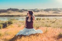 Kobieta jak czarodziejka na magicznym polu blisko rzeki Młody woma Obraz Royalty Free