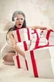 Kobieta jako anioł z rozsypiskiem prezentów pudełka indoors Zdjęcie Stock