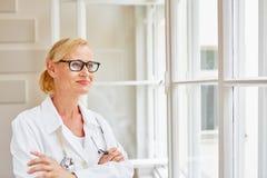 Kobieta jako kompetentny lekarz zdjęcie royalty free