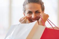 Kobieta jako konsument z torbami na zakupy obrazy royalty free