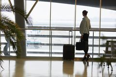 Kobieta jako pasażer w czekanie terenie w lotniskowy śmiertelnie zdjęcia stock