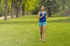 kobieta jazdy Żeński biegacz jogging podczas plenerowego treningu obrazy stock
