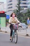 Kobieta jeździć na rowerze z usta płótnem jako ochrona, Kunming, Chiny Obraz Stock