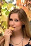 Kobieta je ciastko zdjęcie stock