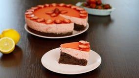 Kobieta je czekoladowego tort z truskawkowym mousse zbiory
