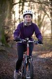 Kobieta Jeździecki rower górski Przez lasów Zdjęcie Stock