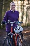 Kobieta Jeździecki rower górski Przez lasów Zdjęcia Stock