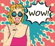 Kobieta je lizaka wystrzału sztukę w okularach przeciwsłonecznych Fotografia Stock