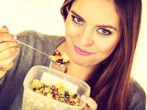 Kobieta je oatmeal z suchymi owoc dietetyczka zdjęcia stock