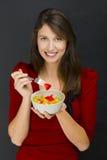 Kobieta je owocowej sałatki Zdjęcia Royalty Free