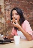 Kobieta je słodka bułeczka i ma kawę Zdjęcia Royalty Free