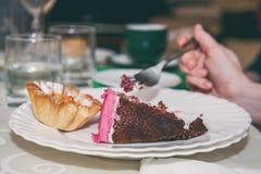 Kobieta je tort podczas gdy siedzący w kawiarni Pierwsi kroki nadmierny ciężar Kalorii szybkie żarcie obrazy stock