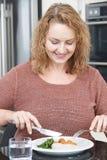 Kobieta Je Zdrowego posiłek W kuchni Na diecie Obrazy Stock