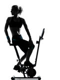 Kobieta jechać na rowerze trening sprawności fizycznej posturę Zdjęcia Stock