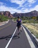 Kobieta Jechać na rowerze W kierunku Czerwonych skał w Sedona Fotografia Stock
