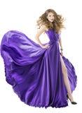 Kobieta jedwabiu suknia, długi trzepotliwy pociąg, dziewczyny tkanina odziewa Fotografia Royalty Free