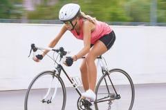 Kobieta jeździć na rowerze outdoors Zdjęcie Stock