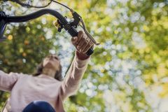 Kobieta jedzie bicykl przeglądać spod spodu przyglądającego up przy jej ręką Zdjęcia Royalty Free