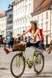 Kobieta jedzie bicykl w starym europejskim mieście zdjęcie stock