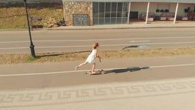 Kobieta jedzie hulajnogę outdoors w lecie Powietrzna strzelanina zdjęcie wideo