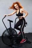 Kobieta jedzie lotniczego rower Obraz Royalty Free