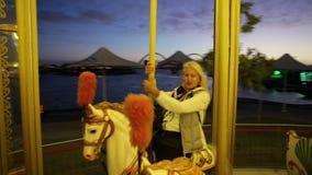 Kobieta jedzie Perth carousel zdjęcie wideo