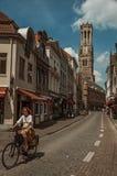 Kobieta jedzie rower w centrum miasta Bruges Fotografia Stock