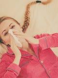 Kobieta jest chorobą ma grypowego lying on the beach na łóżku fotografia stock