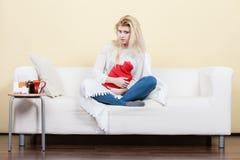 Kobieta jest chorobą ma grypowego lying on the beach na kanapie Fotografia Stock