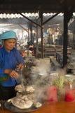 Kobieta jest kulinarnym gotowanym mięsem przy Bac brzęczeniami Zdjęcie Royalty Free