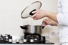 Kobieta jest kulinarnym polewką w kuchni gospodyni domowa przygotowywa jedzenie w domu caucasian kobieta trzyma dekiel od rondla  zdjęcia royalty free
