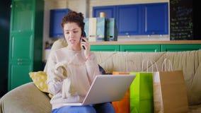 Kobieta jest narzekająca zły zakup telefonem zdjęcie wideo