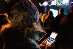 Kobieta jest przyglądająca telefonu ekran zdjęcia stock