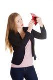 Kobieta jest przyglądająca w jej pustego portfel obraz stock