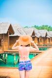 Kobieta jest relaksująca przy tropikalną plażą Obraz Stock