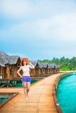 Kobieta jest relaksująca przy tropikalną plażą Obrazy Royalty Free
