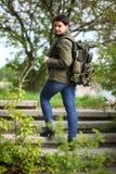 Kobieta jest turystą w militarnej runo kurtce z wojsko plecakiem Tylny widok żeński survivalist Obrazy Stock