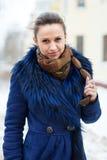 Kobieta jest ubranym żakiet przy mroźnym miastem obrazy stock