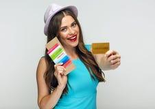 Kobieta jest ubranym błękita mienia kredyta smokingową furę i paszport Zdjęcie Stock
